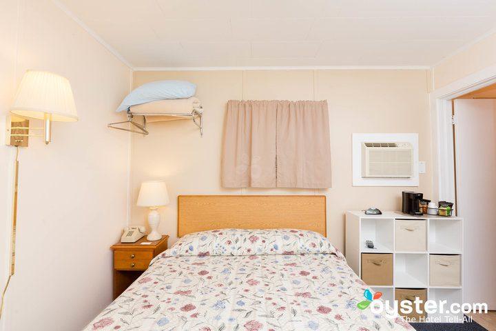 standard-1-queen-bedroom--v14598645-720