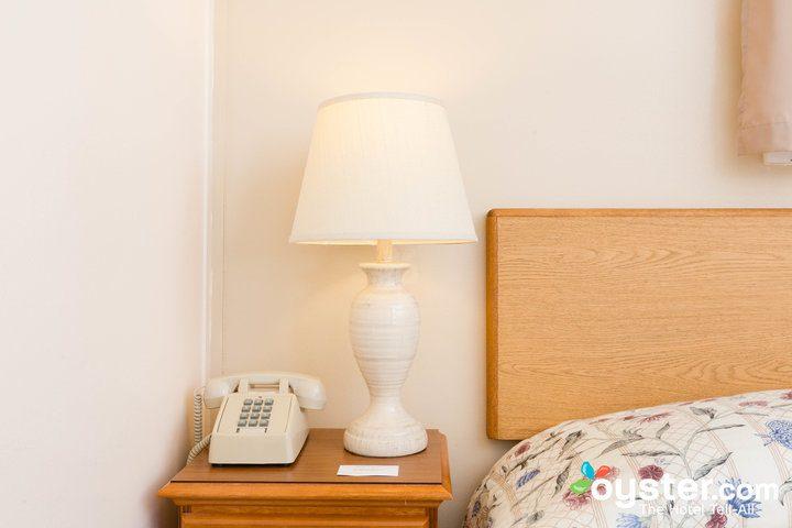 standard-1-queen-bedroom--v14598666-720