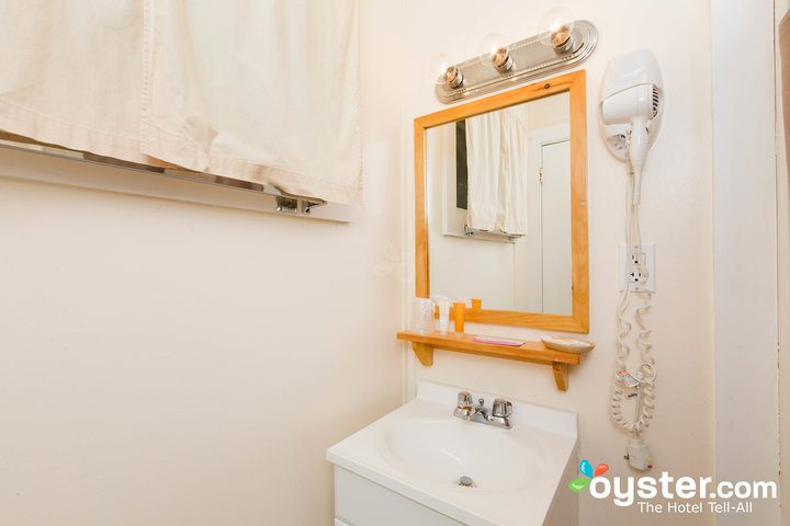standard-1-queen-bedroom--v14598743-720