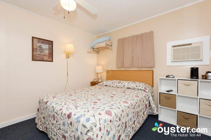standard-1-queen-bedroom--v14598780-720